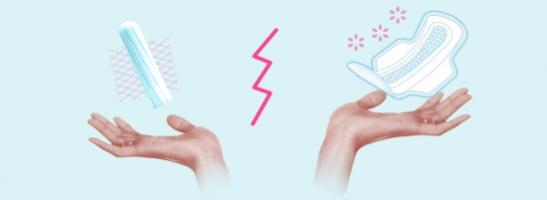 Imagem de duas mãos com um tampão à esquerda e um penso à direita. A imagem ilustra os diferentes benefícios destes produtos de proteção.