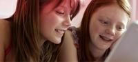 Imagem de duas jovens a olhar para o ecrã do computador. A imagem ilustra como é fácil encontrar informações sobre os nossos produtos no nosso website